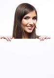 De jonge glimlachende vrouw toont lege raad. Stock Afbeelding