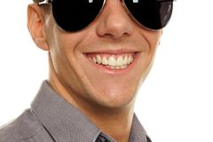 De jonge glimlachende zakenman ziet dicht omhoog onder ogen Stock Foto