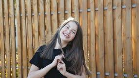 De jonge grappige meisjesgangen met stelt op manege bij camera 4K stock video