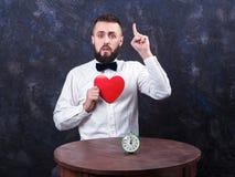 De jonge grappige mens met gift treft voor vakantie 12 voorbereidingen Stock Fotografie