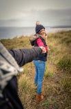 De jonge hand van de vrouwenholding van de mens en het leiden door a Royalty-vrije Stock Fotografie