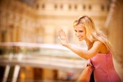De jonge hand van vrouwengolven Stock Fotografie
