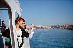 De jonge handen van de paarholding op de reisboot Stock Foto