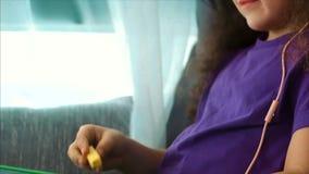 De jonge Handen van de Kunstenaar, Weinig Kindkunstenaar Paints een Canvas met Grafietpotloden, Zittend een Lijst en trekken op C stock videobeelden