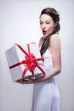 De jonge het glimlachen gift van de vrouwenholding stock afbeeldingen