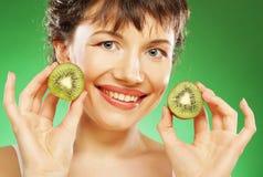 De jonge het glimlachen kiwi van de vrouwenholding. royalty-vrije stock afbeeldingen