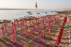 De jonge Hindoese monniken leiden een ceremonie om de dageraad op de banken van de Ganges te ontmoeten Stock Afbeelding