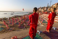 De jonge Hindoese monniken leiden een ceremonie om de dageraad op de banken van de Ganges te ontmoeten Stock Fotografie