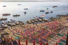 De jonge Hindoese monniken leiden een ceremonie om de dageraad op de banken van de Ganges te ontmoeten Stock Foto