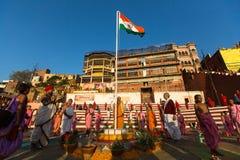 De jonge Hindoese monniken leiden een ceremonie om de dageraad op de banken van de Ganges te ontmoeten Stock Foto's
