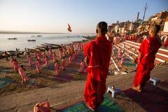 De jonge Hindoese monniken leiden een ceremonie om de dageraad op de banken van de Ganges te ontmoeten Royalty-vrije Stock Afbeeldingen