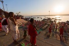 De jonge Hindoese monniken leiden een ceremonie om de dageraad op de banken van de Ganges te ontmoeten, Stock Fotografie