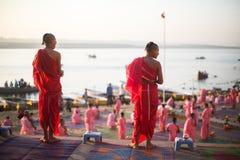 De jonge Hindoese monniken leiden een ceremonie om de dageraad op de banken van de Ganges te ontmoeten Royalty-vrije Stock Foto's