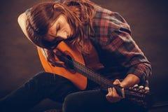 De jonge hippie speelt de gitaar Royalty-vrije Stock Foto's