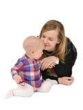 De jonge holding van de moedervrouw in haar meisje van het de babyjonge geitje van het wapenskind Stock Foto