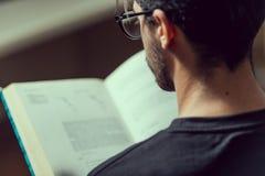 De jonge informaticastudent leest een geavanceerd roboticaboek in Caceres, Spanje stock afbeeldingen