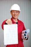 De jonge ingenieur, de arbeider in rode eenvormig royalty-vrije stock afbeelding