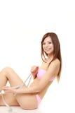 De jonge Japanse vrouw meet haar been Royalty-vrije Stock Afbeeldingen