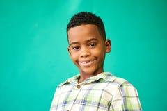 De Jonge Jongen die van het kinderenportret Gelukkig Zwart Mannelijk Kind glimlachen Stock Foto's