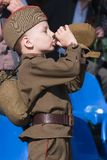 De jonge jongen in eenvormige Wereldoorlog 2 drinkt water Stock Afbeeldingen