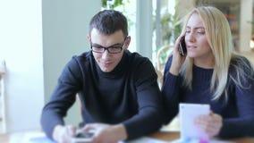 De jonge jongen en het meisje beslissen bedrijfskwesties stock footage