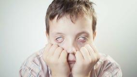 De jonge jongen is gedeprimeerd en rolt zijn ogen stock footage