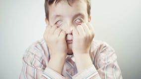 De jonge jongen is gedeprimeerd en rolt zijn ogen stock video