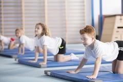 De jonge jongen het leren yoga stelt royalty-vrije stock foto