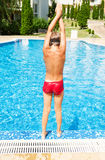 De jonge jongen is klaar voor duikvlucht Stock Foto