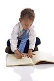 De jonge jongen kleedde zich als zakenman met blocnote Stock Afbeelding
