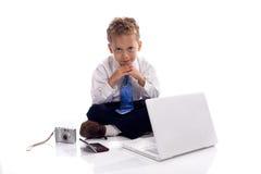 De jonge jongen kleedde zich als zakenman met gadgets Royalty-vrije Stock Afbeeldingen