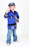De jonge jongen kleedde zich omhoog als politieman Stock Foto