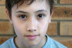 De jonge jongen in ontspannen stelt Royalty-vrije Stock Foto