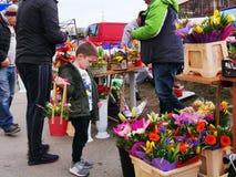 De jonge jongen selecteert bloem om voor zijn moeder te kopen royalty-vrije stock afbeeldingen