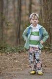 De jonge jongen van de manier in hout Royalty-vrije Stock Fotografie