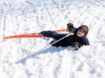 De jonge jongen vraagt om hulp na de daling op skis Royalty-vrije Stock Afbeeldingen