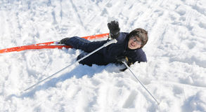 De jonge jongen vraagt om hulp na de daling van sneeuw het ski?en Royalty-vrije Stock Afbeelding