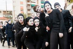 De jonge jongens en de meisjes gemaskeerd zoals nabootst nemen aan de maskerade deel royalty-vrije stock afbeelding