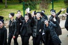 De jonge jongens en de meisjes gemaskeerd zoals nabootst nemen aan de maskerade deel royalty-vrije stock fotografie