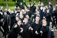 De jonge jongens en de meisjes gemaskeerd zoals nabootst nemen aan de maskerade deel royalty-vrije stock afbeeldingen