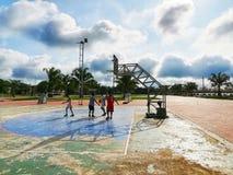 De jonge jongens spelen basketbal royalty-vrije stock afbeeldingen