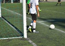 De jonge jongens spelen voetbal royalty-vrije stock afbeeldingen