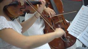 De jonge Kaukasische viool van vrouwenspelen stock footage