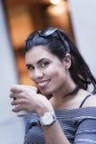 De jonge Kaukasische vrouw drinkt koffie Royalty-vrije Stock Fotografie