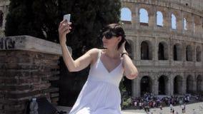 De jonge Kaukasische vrouwentoerist maakt selfie op mooie mening van Europese oude stad met mobiele slimme telefoon stock video