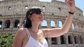 De jonge Kaukasische vrouwentoerist maakt selfie op mooie mening van Europese oude stad met mobiele slimme telefoon stock footage