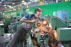 De jonge keerder past machine aan Stock Foto's