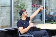 De jonge kerel de Arabische mannelijke mens selfie maakt, spreekt op Skype, glimlachen en Royalty-vrije Stock Afbeeldingen