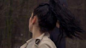 De jonge kerel duwt jonge vrouw bij de straat stock video