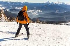 De jonge kerel gaat ski?end in de winter Stock Foto
